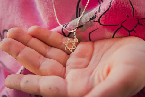 Necklace with the Star of David on a girl's hand Foto