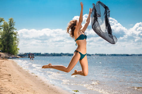 Jumping happy girl on the beach, fit sporty healthy sexy body in bikini Foto