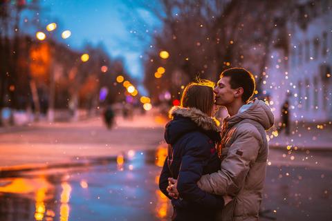Snow lovers kiss city Photo