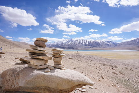 Sort meditation stones. Sort of stone on the hill with snow peaks view and Beaut Foto