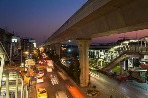 Bangkok traffic flow in evening time on Sukhumvit road Foto