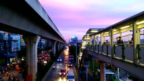 Bangkok traffic flow in evening time on Sukhumvit road Filmmaterial