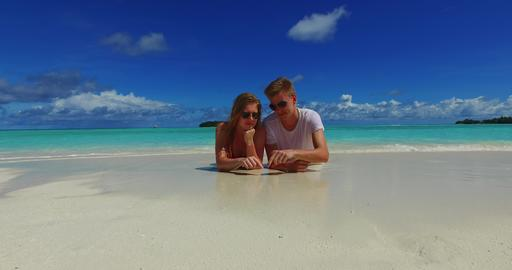 v07271 Maldives white sandy beach 2 people young couple man woman drawing love h 相片