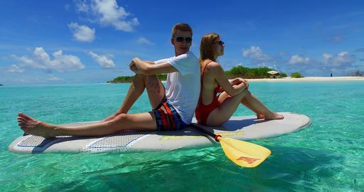 v07296 Maldives white sandy beach 2 people young couple man woman paddleboard ro 사진