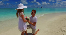 v07388 Maldives white sandy beach 2 people young couple man woman proposal engag Filmmaterial