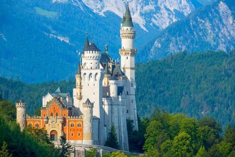 Neuschwanstein Castle in the Background of the Morning Mountains Foto