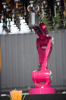 Makr Shakr World's first robotic bar system preparing cocktails Fotografía
