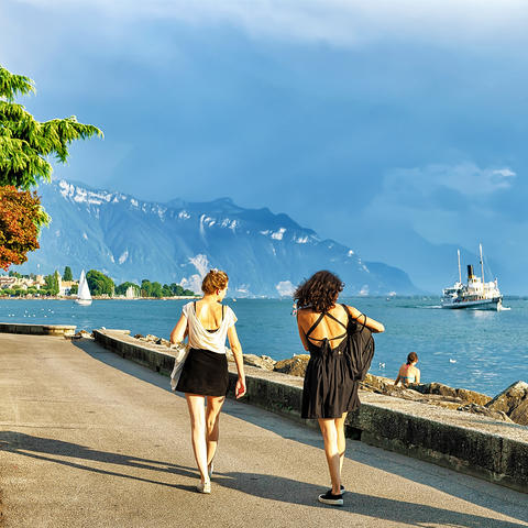 Girls at embankment on Geneva Lake in Vevey Foto