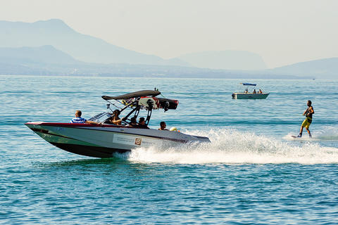 Motorboat with man wakeboarding on Lake Geneva in Lausanne Foto