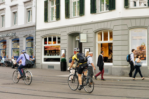 People riding bicycels at Bahnhof Stadelhofen in Zurich Foto