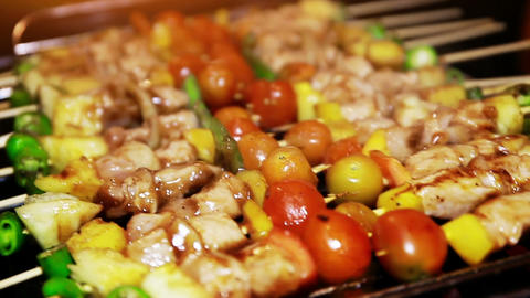 Barbecue Grill of Chicken Skewer with Tomato, Bell Pepper and Pineapple ビデオ