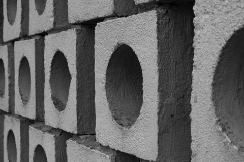 Illusory wall made of big gray bricks by bricklayer フォト