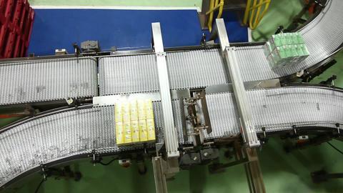 Box on conveyor belt Live Action