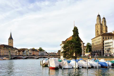 St Peter and Fraumunster Church and boats Limmat Zurich Switzerland フォト