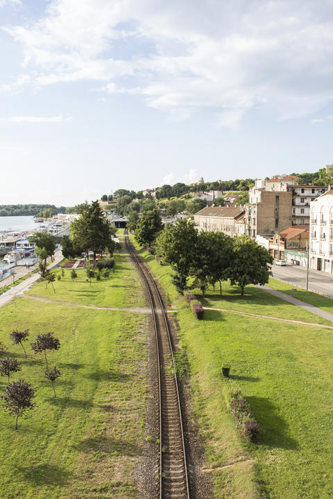 View At The Railroad, River And Sky From The Bridge In Belgrade Foto