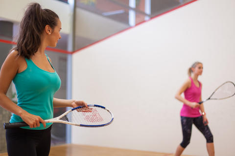 Young girls playing squash フォト