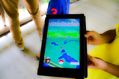 Playing Pokemon On A Tablet Fotografía