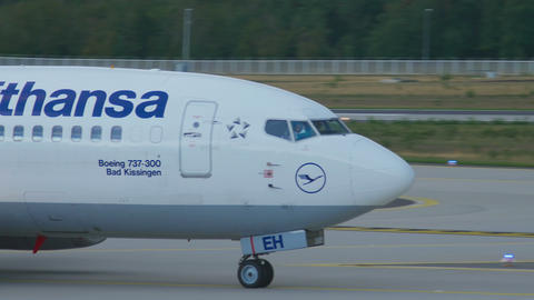 Lufthansa Boeing 737 taxiing Footage