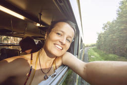 Happy young woman traveling in the train Foto