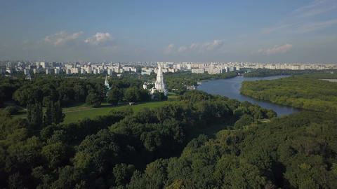 Aerial view of Church of the Ascension, Kolomenskoye park and Moscow river 画像