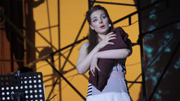 Actress plays a role in the theater (opera) ビデオ