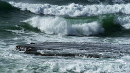 Waves-rolling-over-rocks z1jGq8f 画像