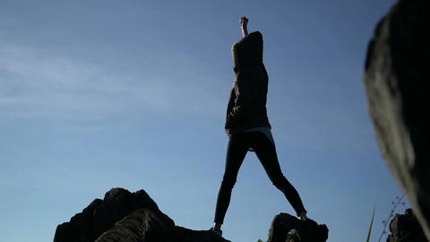 Woman standing on top of the mountain ビデオ