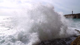 Waves splashing at the shore, slow motion Archivo