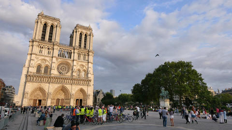 Notre Dame Cathedral Paris Crowded at Sunset Archivo