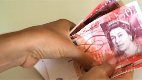 Woman counts for 50 pound banknotes 画像