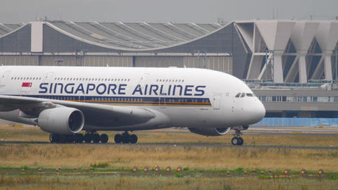 Singapore Airlines Airbus 380 taxiing Live Action