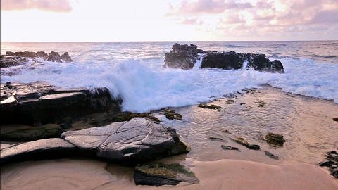 waves breaking on rocks close to Sandy beach, Oahu, Hawaii 画像