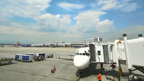 Commercial Airplane on the Gate at Midway Airport in Chicago ビデオ