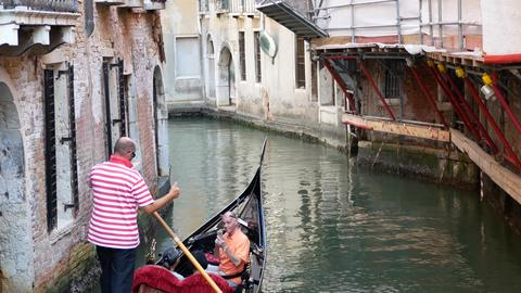 VENICE, ITALY - AUGUST 8, 2017. Gondolier posing on a Venetian gondola Foto