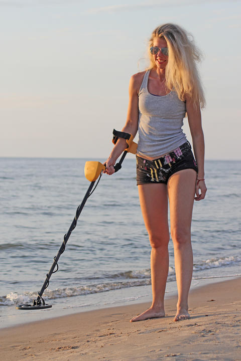 blonde girl in sunglasses with metal detector Foto