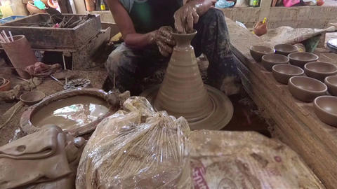 The potter is molding the clay pot Archivo