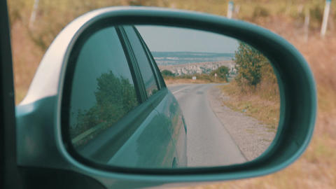 Traveling On Highway In Car Looking At The Rear View Mirror 画像