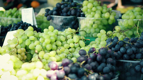 White and black grapes stall at the local farmers market ビデオ