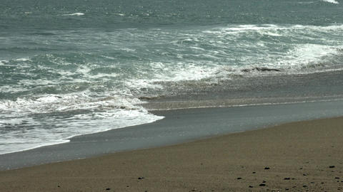 Waves that strike the coast. Slow motion video ビデオ