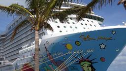 Bermuda Royal Naval Dockyard cruise vessel Norwegian Breakaway behind palm tree Filmmaterial