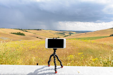 A smartphone on a magnetic tripod Foto