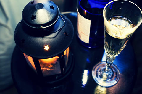 New Year Christmas. Champagne in glasses and in a bottle, a Christmas lantern Foto