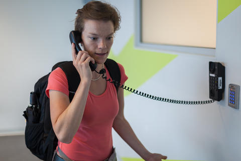 the young woman has been complaining to the airport by telephone Fotografía