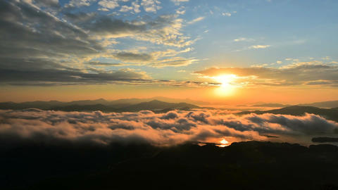 Timelapse of Seoraksan mountains is covered by morning fog and sunrise in Seoul ビデオ