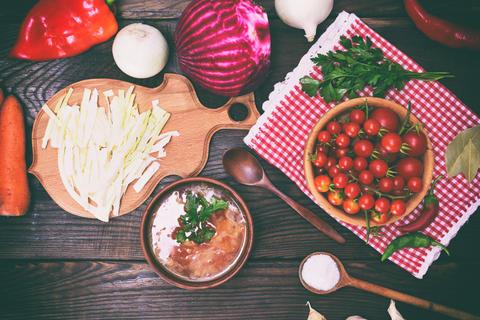 traditional Ukrainian borscht in a brown clay dish Foto