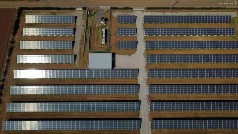 side tracking shot of solar panels Filmmaterial