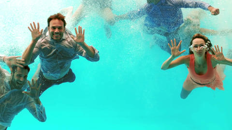 Happy friends swimming underwater ビデオ