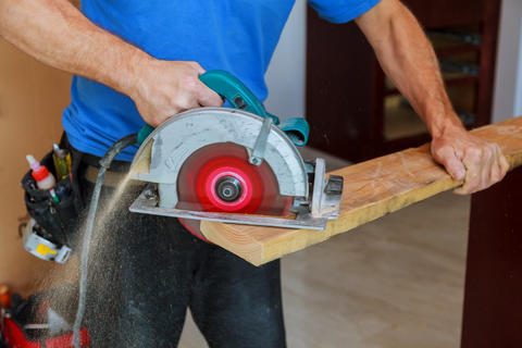 Man using circular saw Foto