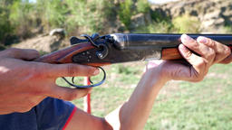 Shooting from a old hunting rifle Bild