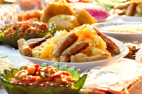 Sausages with potatoes and salad フォト